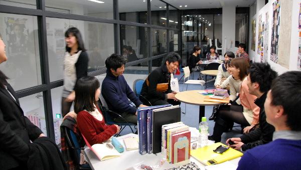 ラウンジで勉強する学生たち